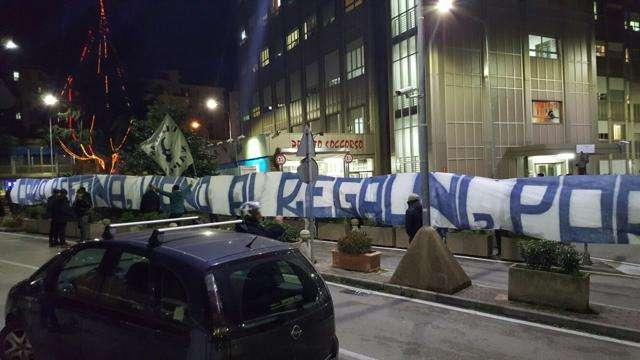 """VIDEO Calcio, sorpresa per i bimbi in ospedale. Tifosi del Napoli intonano: """"Non mollate mai"""""""