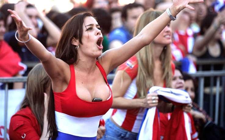 """Calcio, Larissa Riquelme ci riprova: """"Nuda se la mia squadra vince il titolo"""""""