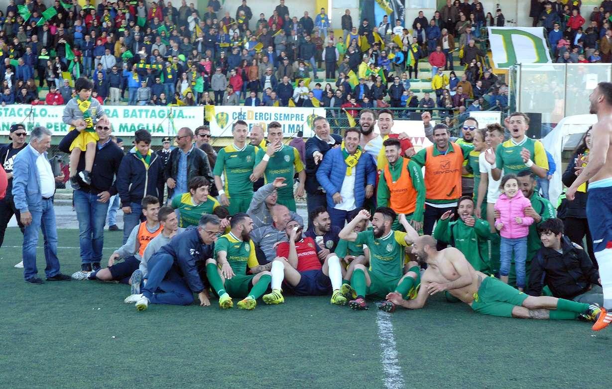 Calcio, il Palazzolo torna in serie D, grande festa dopo il pari con il Biancavilla