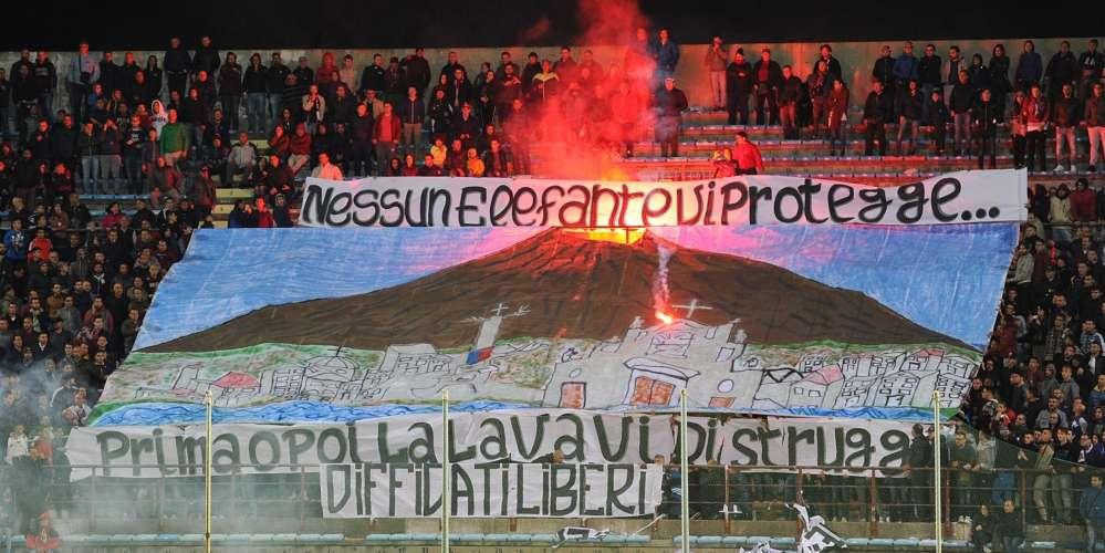 Calcio Lega Pro, è caccia agli autori dello striscione esposto durante Reggina-Catania